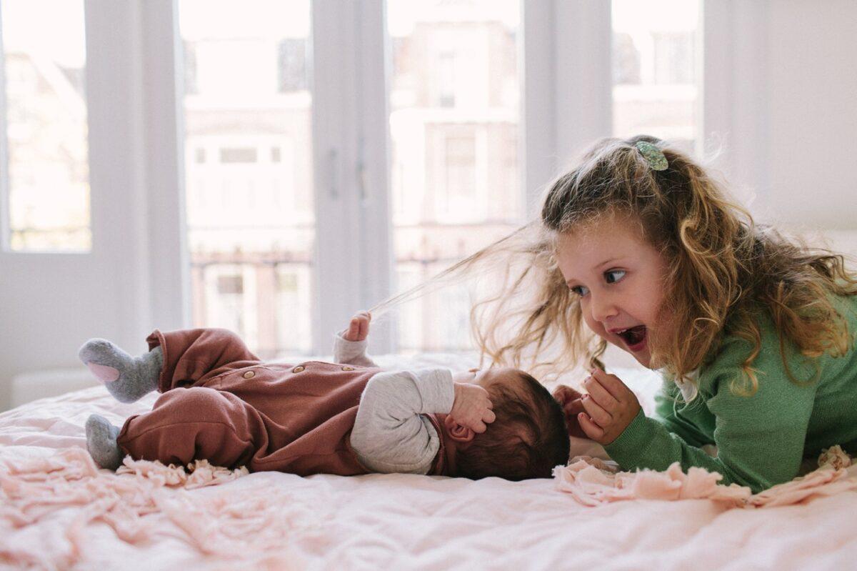 newborn-en-gezinsfotografie-utrecht-oudere-zus-grappig-005