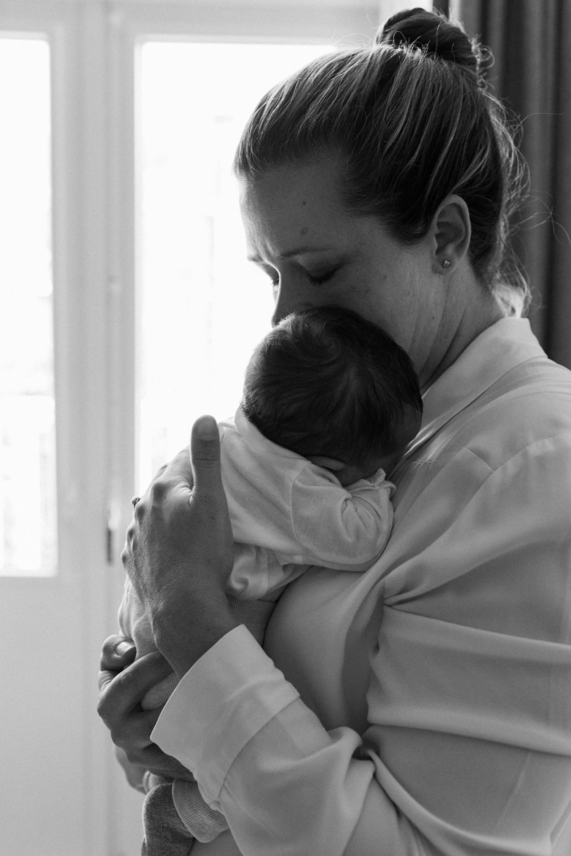 newborn-en-gezinsfotografie-utrecht-mama-knuffelt-baby_019