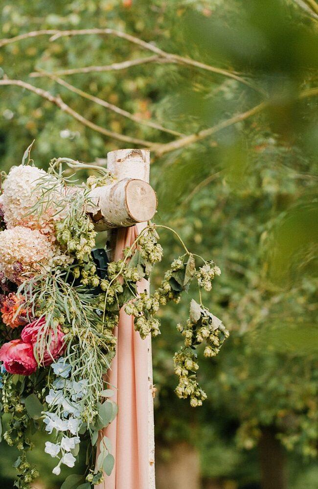 eenvoudige-styling-tips-om-je-bruiloft-fotogeniek-te-maken-bloemdecoratie-001