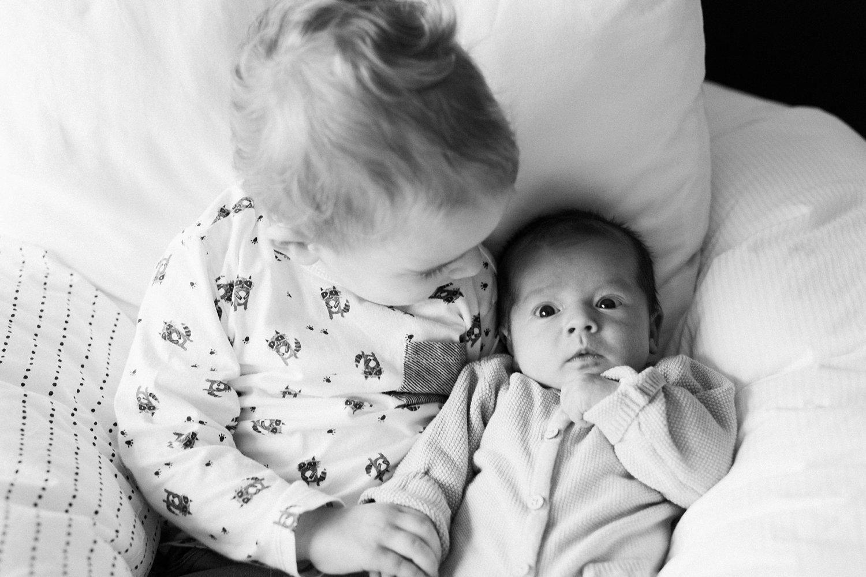 baby-fotografie-newborn-zusje-grappig-009