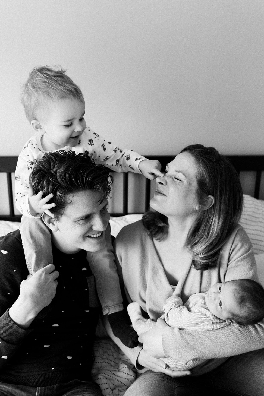 baby-fotografie-newborn-zusje-gezinsfoto-011