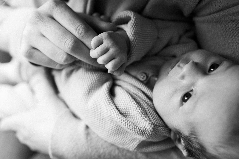 baby-fotografie-newborn-zusje-close-up-vingers-013