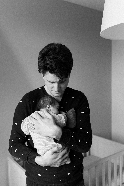 baby-fotografie-newborn-zusje-papa-houdt-baby-vast-015