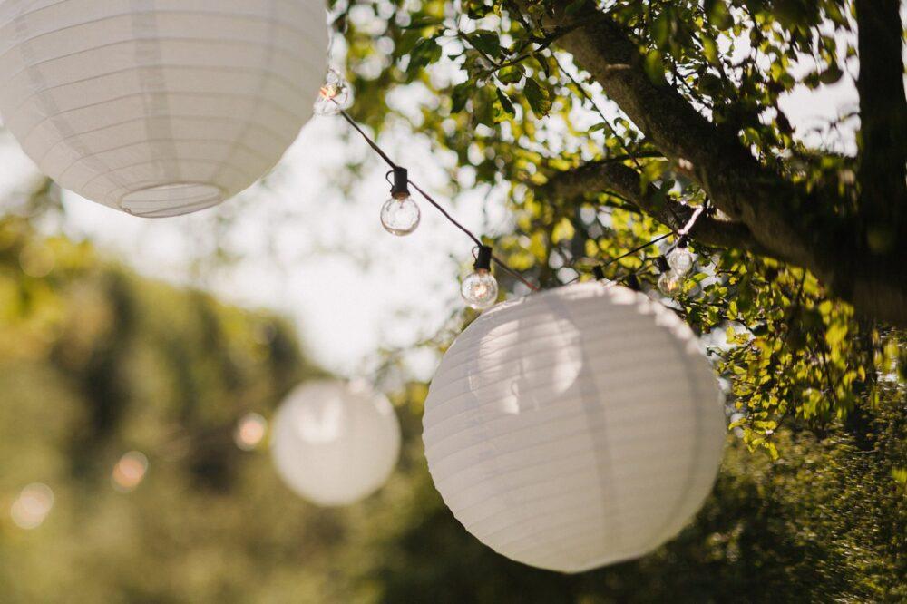 bruiloft-orangerie-elswout-trouwen-buiten-bruidsfotografie-witte-lampionnen-019