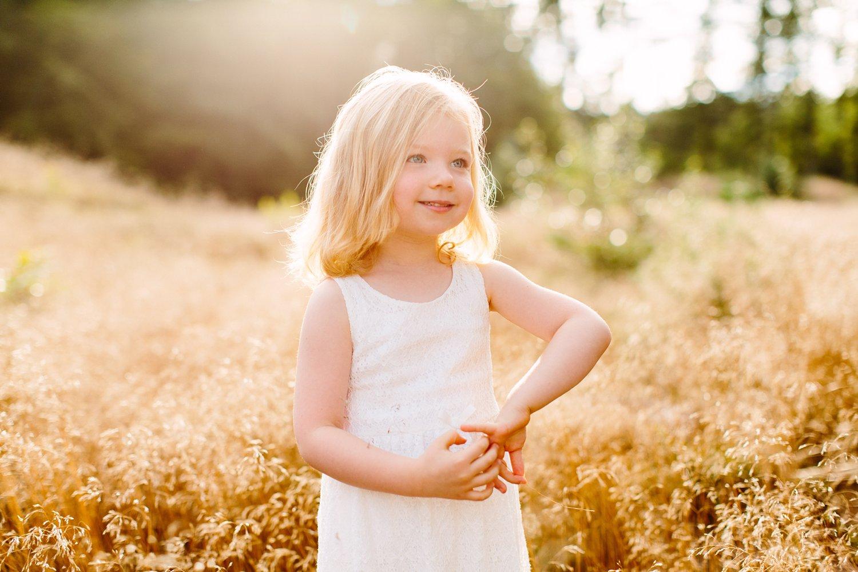 gezinsfotografie-zonsondergang-natuur-lage-vuursche-portret-meisje-2