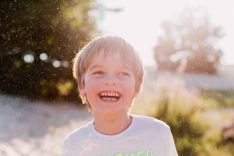 gezinsfotos-soesterduinen-zonsondergang-fotoshoot-zomer-portret-kind-002