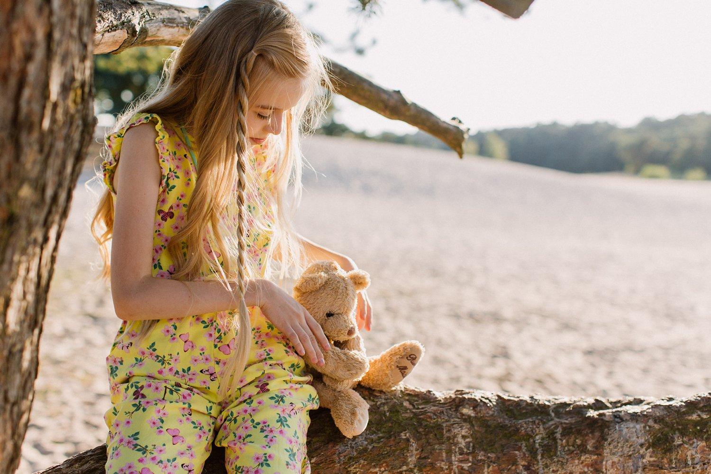 gezinsfotos-soesterduinen-zonsondergang-fotoshoot-zomer-portret-meisje-boom-007