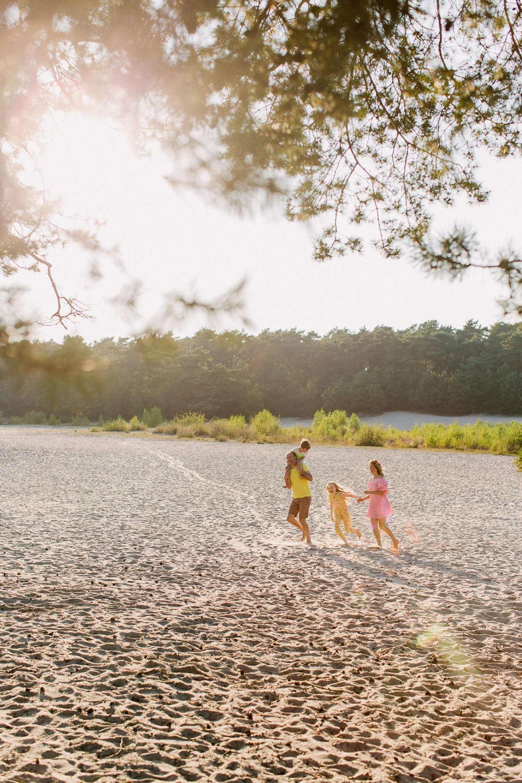 gezinsfotos-soesterduinen-zonsondergang-fotoshoot-spontaan-rennen-tikkertje-zomer009