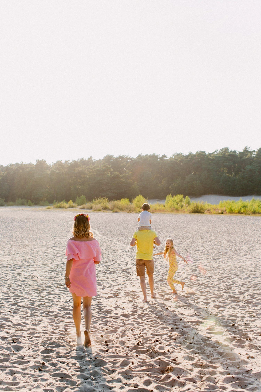 gezinsfotos-soesterduinen-zonsondergang-fotoshoot-zomer-rennen-spontaan-014