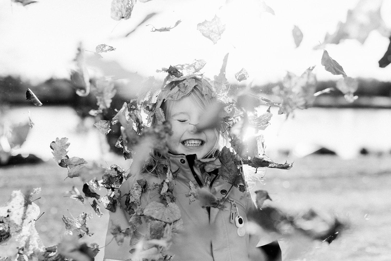 gezinsshoot-winter-noorwegen-oslo-spontaan-portret-meisje-bladeren