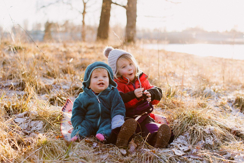 gezinsshoot-winter-noorwegen-oslo-portret-broer-zus-buiten