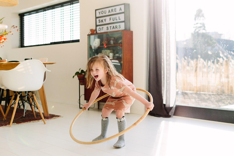 familieshoot-binnen-een-goede-voorbereiding-grappige-kinderfotografie-thuis