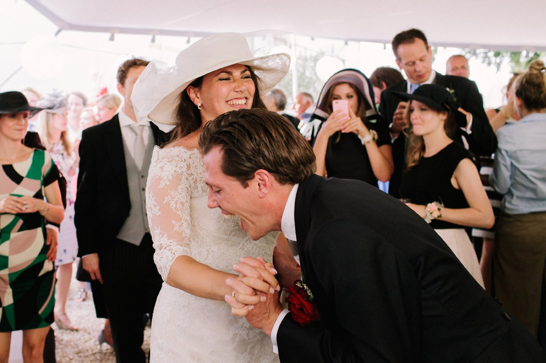the-dansant-bruiloft-dansfeest-in-de-middag-bruidspaar-feest-vieren-trouwen-trouwerij