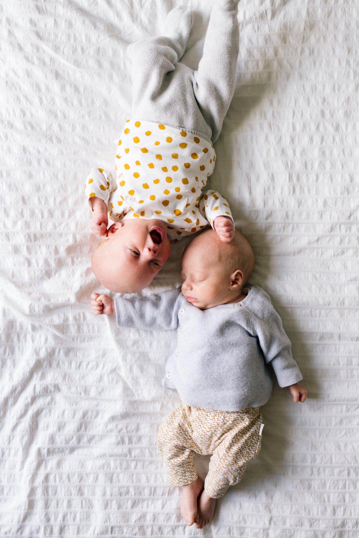 newbornshoot-tweeling-utrecht-leidsche-rijn-vleuten-liggend-op-bed-van-bovenaf-023