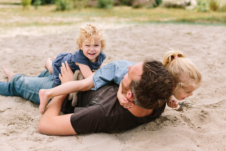 papa-met-kinderen-in-de-soesterduinen-fotoshoot