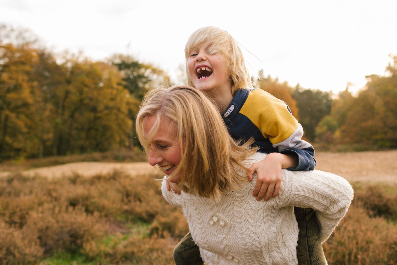 familie-fotografie-herfst-fotoshoot-kaapse-bossen-doorn-golden-hour-november-moeder-zoon-003