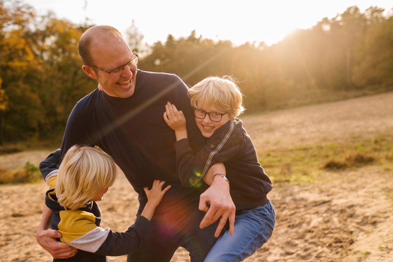 familie-fotografie-herfst-fotoshoot-kaapse-bossen-doorn-golden-hour-vader-zoons-014